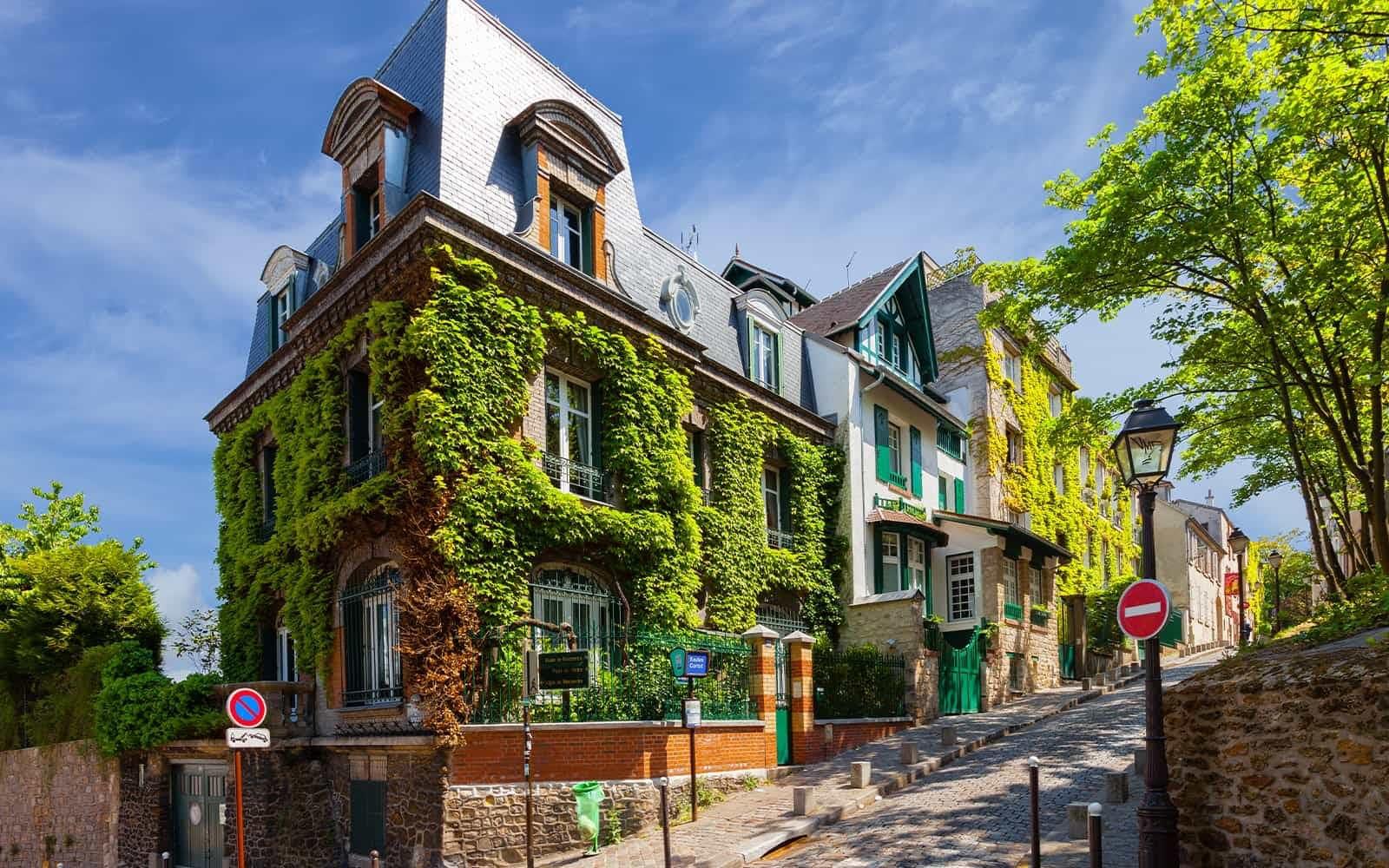 Romantic Montmartre: Lost Lovers in Paris image